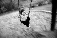 Как правильно катать ребенка на качелях